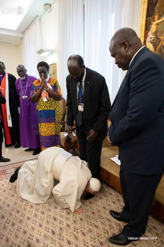 الكشف عن تفسير واقعة تقبيل البابا فرانسيس للأقدام