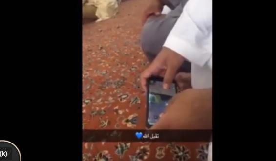 فيديو مستهجن .. يلعب ببجي أثناء خطبة الجمعة