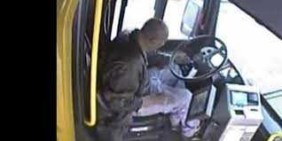 فيديو.. رد فعل عنيف لسائق حافلة اعتدى عليه عجوز بالضرب - المواطن