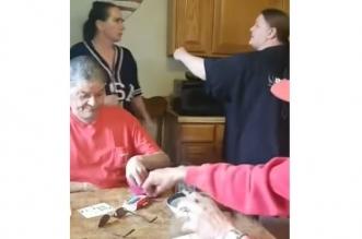 فيديو.. رد فعل صادم لرجلين لحظة تشاجر زوجتيهما - المواطن