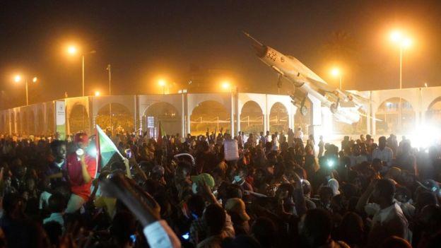 سودانيون يتحدون حظر التجوال.. والمعارضة تدعو للبقاء في ساحات الاعتصام