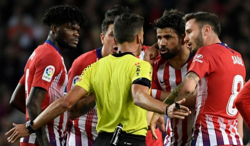 تلفّظ ضد الحكم .. إيقاف نجم أتلتيكو مدريد 8 مباريات