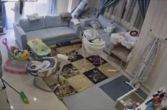 فيديو.. خادمة تنقذ رضيعا قبل لحظات من انهيار سقف غرفته - المواطن