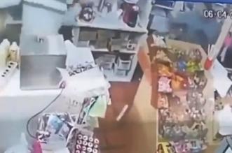فيديو.. بائعة تطعن لصًّا حاول سرقة متجرها - المواطن