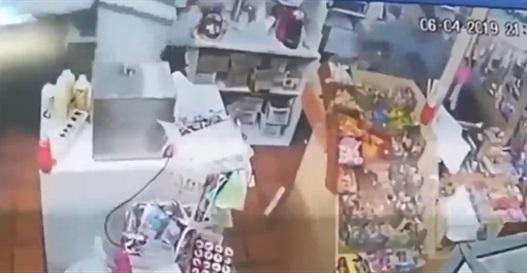 فيديو.. بائعة تطعن لصًّا حاول سرقة متجرها