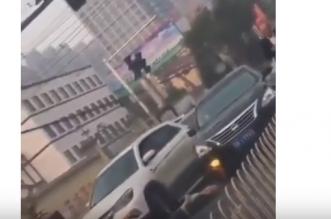 فيديو.. شخص قليل الحظ دهسته سيارتان مرتين - المواطن