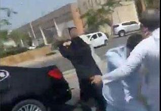 فيديو صادم.. شابان يعتديان بالضرب على رجل مُسن وامرأة في جدة - المواطن