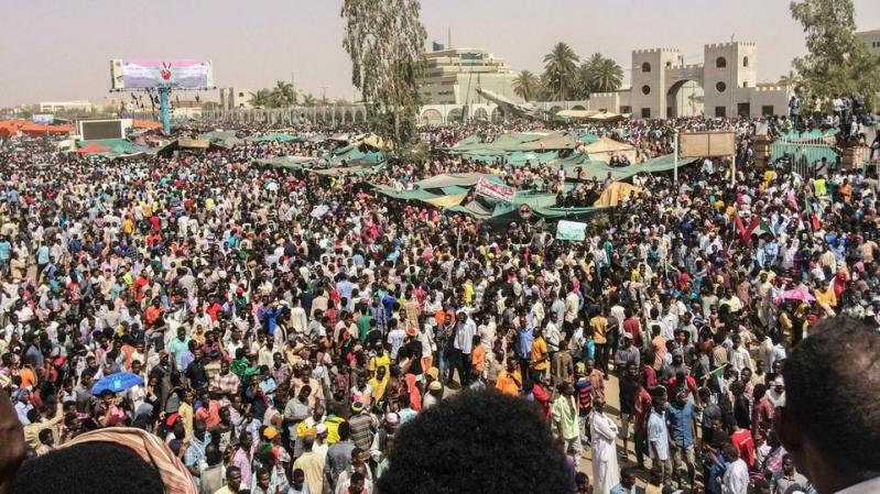 الاحتجاجات تتواصل في السودان.. والمعارضة ترفض بيان الجيش