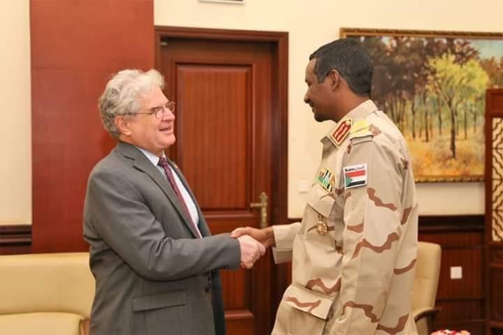 أول مواجهة دبلوماسية .. حميدتي يلتقي مسؤول أمريكي في السودان