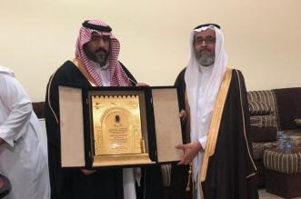 مدرسه عبدالله بن زيد تودّع المعلم آل محيا بمناسبه تقاعده - المواطن