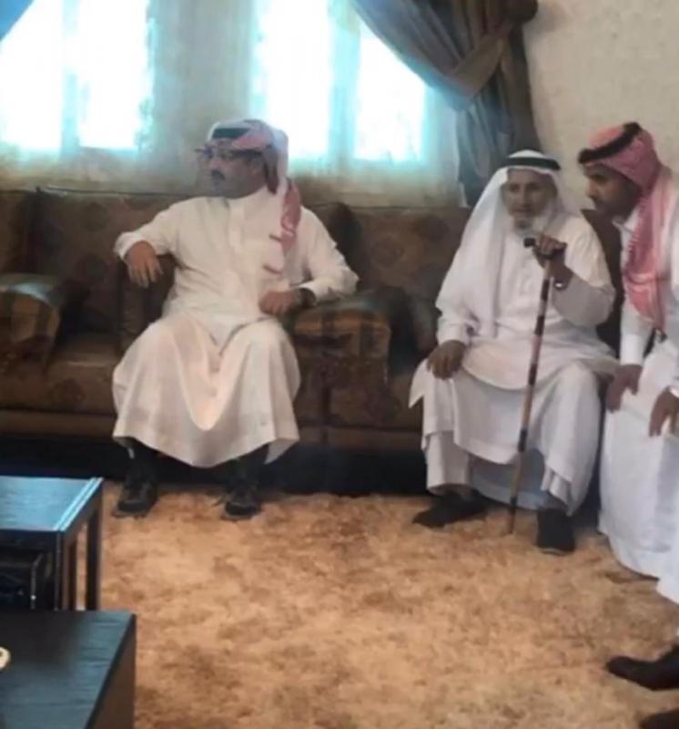 الأمير تركي بن طلال يزور إمام جامع آل زينب المطعون بالنماص