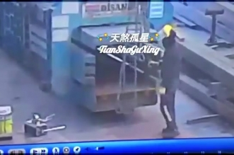 فيديو.. خطاف حديدي يحطم وجه عامل مصنع - المواطن