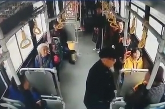 فيديو.. عجوز يعتدي على امرأة بالضرب في حافلة - المواطن