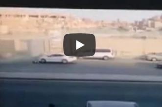 فيديو.. دهس مخالف بطريقة مروعة ومفاجأة أثارت دهشة السائق بعد الحادث - المواطن