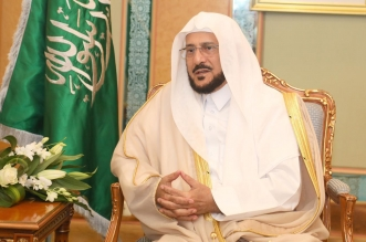 قُبلة من الوزير آل الشيخ على جبين رجال الأمن: كنتم مثالاً للرحمة والأخلاق - المواطن