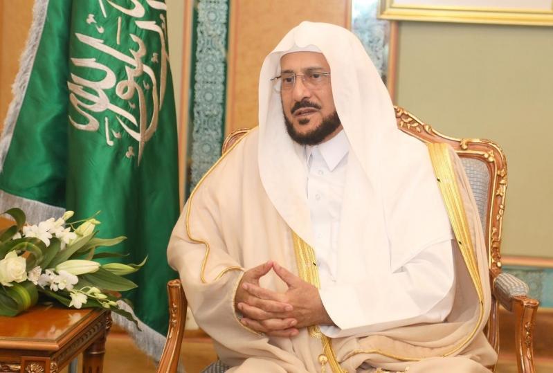 قُبلة من الوزير آل الشيخ على جبين رجال الأمن: كنتم مثالاً للرحمة والأخلاق