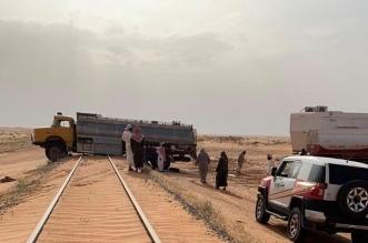 مستهتر عبر الخط الحديدي بشكل خاطئ فعلقت مركبته وجار إحالته للنيابة - المواطن