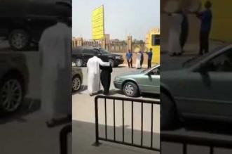 فيديو.. أب وأبناؤه یستقبلون ابنتھم الخریجة بالدفوف - المواطن