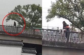 فيديو.. عامل توصيل ينقذ فتاة حاولت الانتحار من فوق كوبري - المواطن