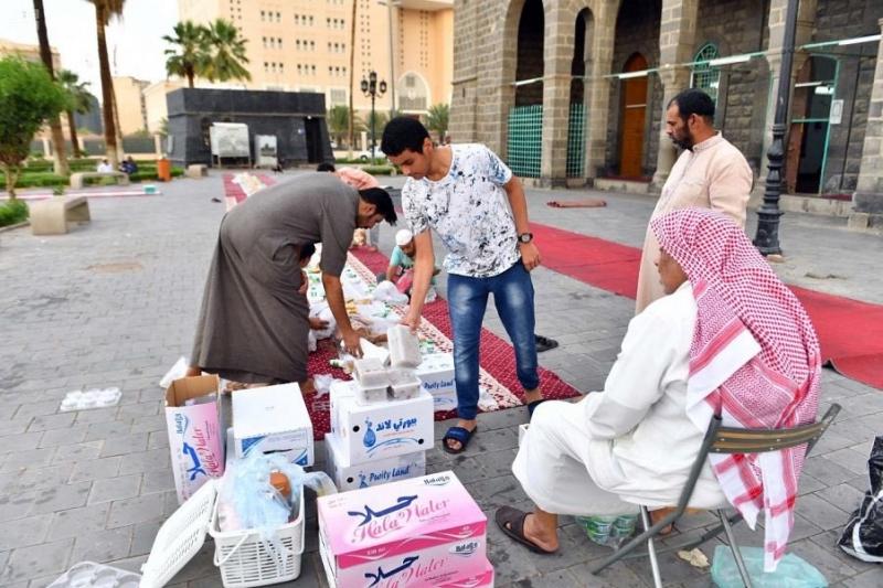 أهالي المدينة المنورة يحيون عادات رمضان وروحانياته - المواطن