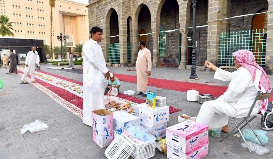 أهالي المدينة المنورة يحيون عادات رمضان وروحانياته