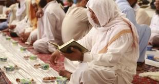 الصائمون يجسدون روح التلاحم على موائد الإفطار في المسجد النبوي