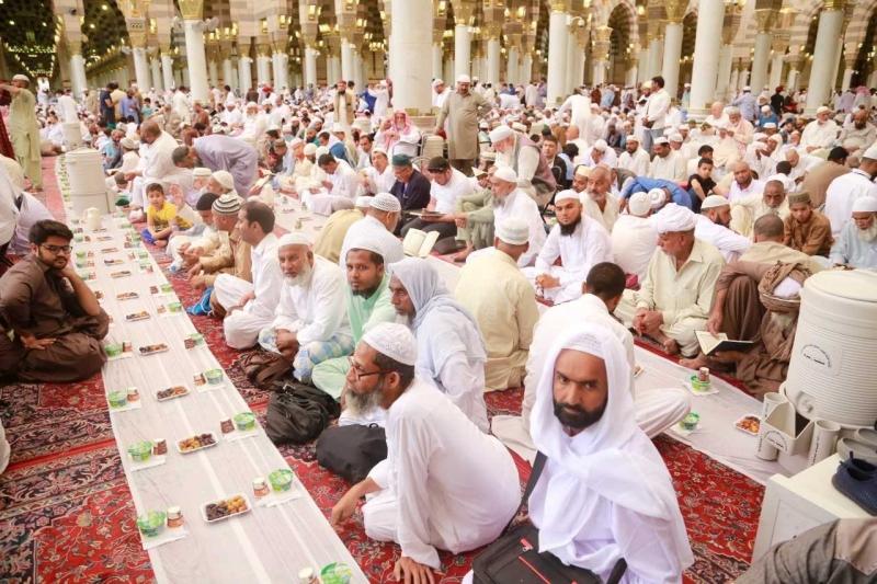 الصائمون يجسدون روح التلاحم على موائد الإفطار في المسجد النبوي - المواطن