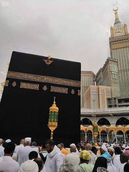 زخات المطر تتساقط على زوار المسجد الحرام وسط أجواء مفعمة بالإيمان