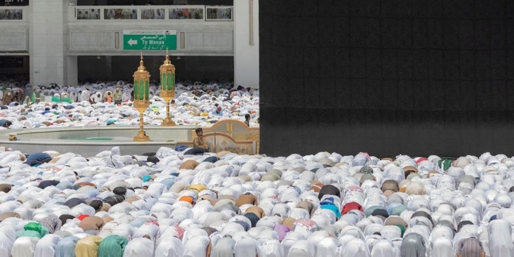 جموع المصلين يؤدون صلاة الجمعة بالمسجد الحرام وسط أجواء ايمانية وخدمات متكاملة
