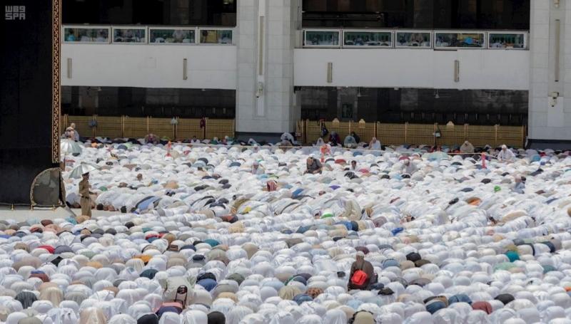 جموع المصلين يؤدون صلاة الجمعة بالمسجد الحرام وسط أجواء ايمانية وخدمات متكاملة - المواطن