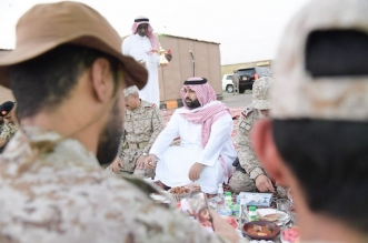 صور.. نائب أمير جازان يشارك المرابطين بالحد الجنوبي وجبة الإفطار - المواطن