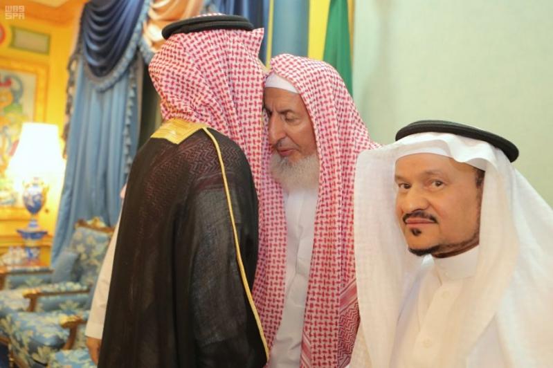 نائب أمير مكة المكرمة يزور مفتي المملكة في منزله