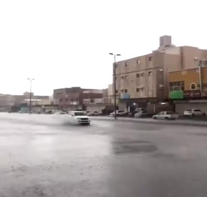 فيديو .. أمطار الراشدية تلطف أجواء شرق مكة الآن