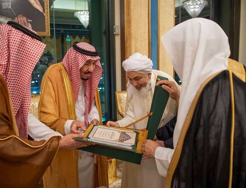 الملك سلمان يتسلم وثيقة مكة : سنكون دوماً على أمل في تماسك الأمة الإسلامية واجتماع كلمة علمائها