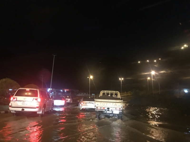 أمطار محايل تقطع الكهرباء وتُغرق الطرق والمدني يحذر من مغامرات الأودية