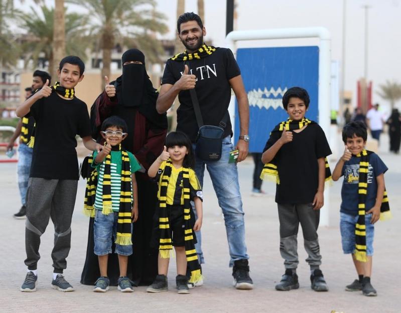 صور وفيديو .. حضور العائلات يُزيّن مدرجات ملعب الملك فهد الدولي