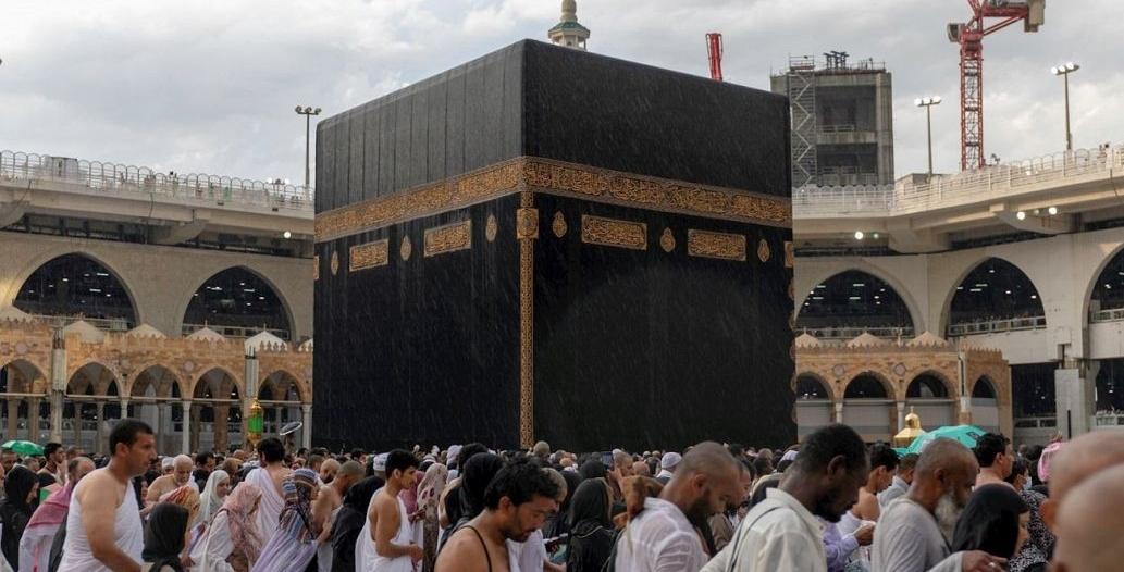 الحجاج يؤدون طواف الإفاضة بالمسجد الحرام وسط أجواء إيمانية