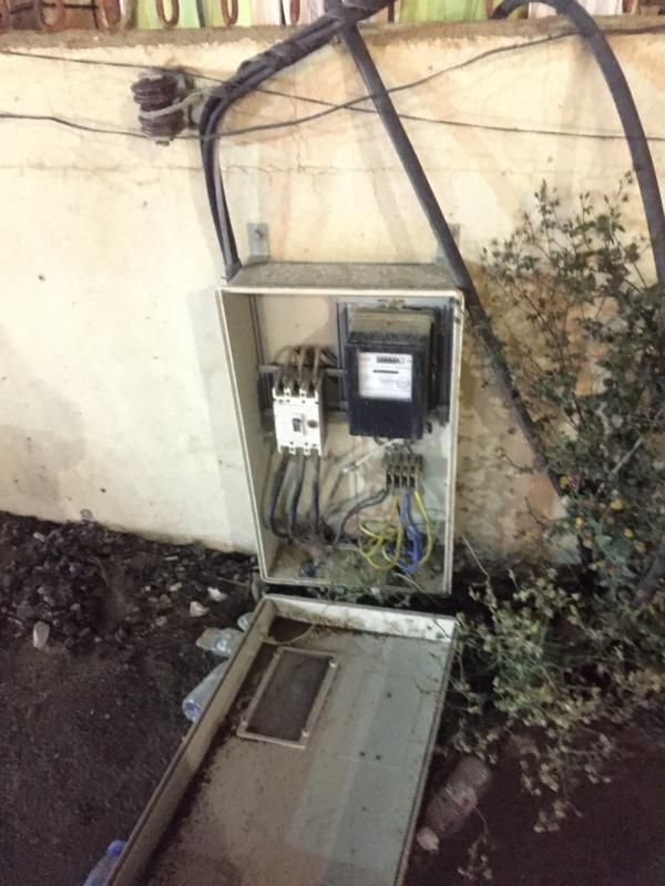 عدادات كهرباء مكشوفة تنذر بالموت أمام قصر أفراح في أبها!
