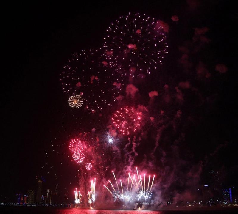 الألعاب النارية تزين سماء أبو ظبي أول أيام عيد الفطر