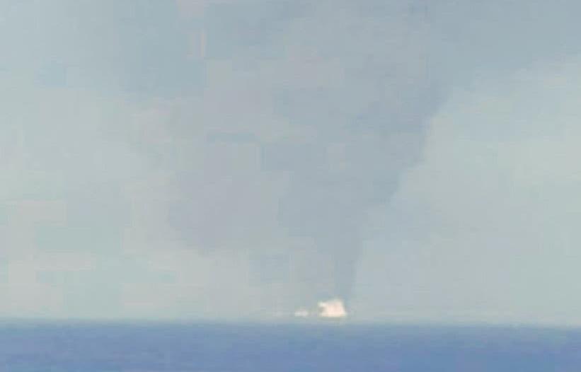 صورة للنيران المشتعلة بناقلة النفط في خليج عمان