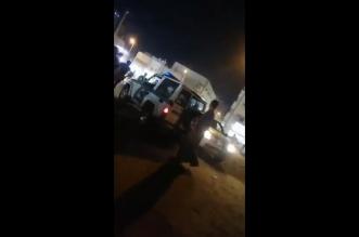 فيديو.. تدخل سيارة الأمن ينهي مضاربة عنيفة بين يمنيين في صامطة - المواطن