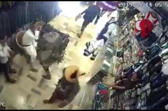 فيديو يفضح الحوثي.. الميليشيا تعتدي على مالك محل لتمويل إرهابها! - المواطن