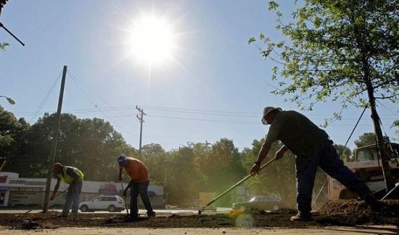 العمل تحدد موعد تطبيق قرار حظر العمل تحت أشعة الشمس