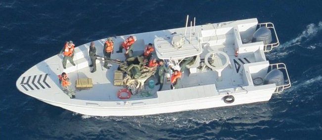 صور جديدة لإزالة إيران لغمًا من الناقلة اليابانية في خليج عمان