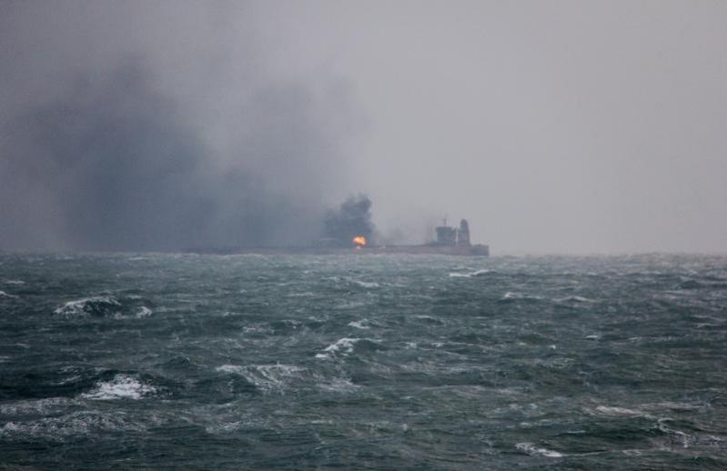 قوارب وزوارق إيرانية تمنع قَطْرَ الناقلة فرونت ألتير في خليج عمان
