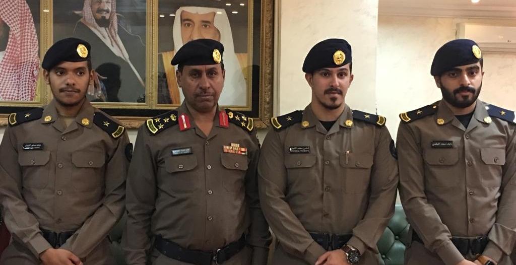 مدير مدني الطائف يُقلد عددًا من خريجي كليه الملك فهد الأمنية رتبهم
