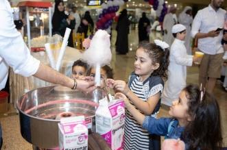 صور.. مطارات المملكة تحتفل مع المسافرين بالهدايا والورود والعروض الفلكلورية - المواطن