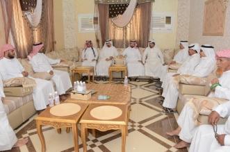 محافظ محايل المُكلّف يواسي الزميل آل عبده في وفاة جدّه - المواطن