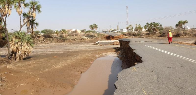 صور .. انهيار عبارة لتصريف مياه الأمطار برجال ألمع