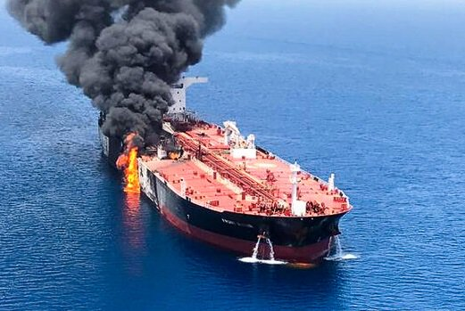 فيديو وصور لاستهداف ناقلة النفط فرنت ألتير في خليج عمان